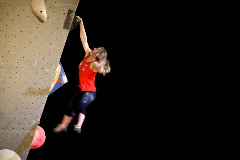 Shauna Coxsey flies for a final hold in the qualifiers. ©Jen Randall, Light Shed Pictures